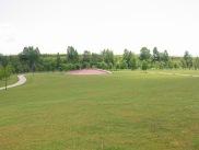 広い芝生、奥にはネット遊具