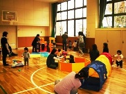 遊具いっぱいの遊戯室