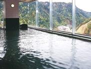 渓谷美と大雪の山々を眺められる展望大浴場